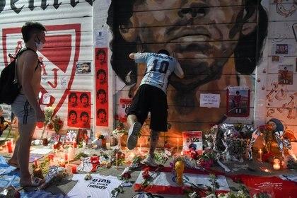 Aficionados lloran muerte del ex capitán de la selección en la entrada del estadio Diego Armando Maradona