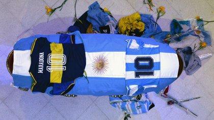 La camiseta de Boca sobre otra de Boca, que lució en la despedida del fútbol. También colocaron la casaca de Argentina (Foto: Presidencia)