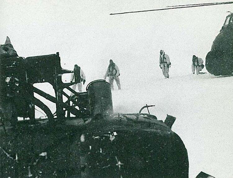 Uno de los dos helicópteros ingleses estrellados por vientos de 200 km por horaen el glaciar Fortuna, en las Georgias.