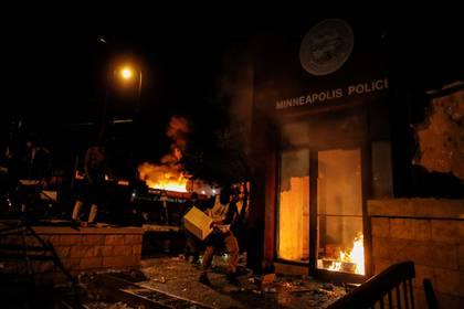 Manifestantes en la estación de policía. REUTERS/Carlos Barria