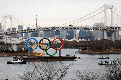 La costanera de Rainbow Bridge exhibe unos aros olímpicos gigantes antes de la ceremonia oficial de los Juegos Tokio 2020. FOTO DE ARCHIVO. Enero 17, 2020. REUTERS/Issei Kato