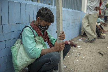 21/09/2020 Un jornalero esperando para ser llamado en las instlaciones de un centro de trabajo de la ciudad de Noida, en el norte de India. POLITICA ASIA INDIA ASIA INTERNACIONAL PRADEEP GAUR / ZUMA PRESS / CONTACTOPHOTO