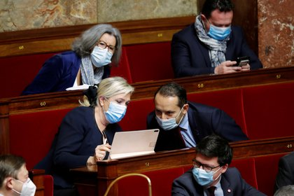 "Marine Le Pen, líder del partido ""Rassemblement National"" y Sebastien Chenu.  REUTERS/Charles Platiau"