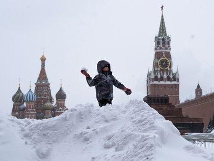 """Una """"nevada apocalíptica"""", según los meteorólogos, ha sepultado este sábado la capital rusa bajo un manto de 56 centímetros de nieve, ha paralizado el tráfico y ha obligado a retrasar decenas de vuelos."""