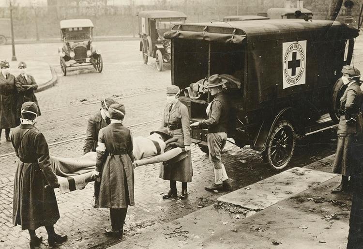 Enfermeras trasladan a un paciente en San Luis, Missouri, durante la pandemia de la gripe española (National Archives)