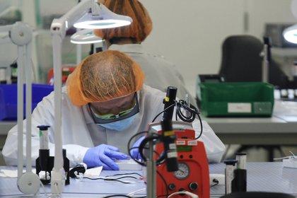 Un operario ensambla partes de un kit de prueba COVID-19 fabricado por Visby Medical en el laboratorio en San José, California  (Reuters)