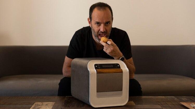 Rodrigo Córdoba con uno de los prototipos de su máquina de patisserie (Adrián Escándar)