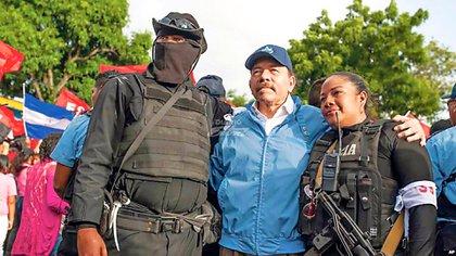 """Daniel Ortega creó un ejército paramilitar para sofocar la rebelión ciudadana que inició en abril del 2018 en Nicaragua. Inicialmente negó su existencia y la atribuyó a montajes, luego dijo que eran ciudadanos sandinistas armados para defenderse y finalmente aseguró que era """"policías voluntarios""""."""