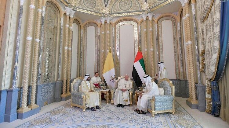 A comienzos de mes, el papa Francisco se reunió con el sheikh Mohammed bin Rashid al-Maktoum, padre de la sheikha Latifa (Foto: Oficina de Prensa del Vaticano)