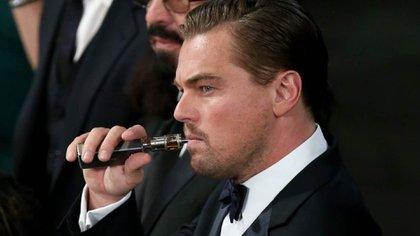 Leonardo Di Caprio en la previa a la Gala de los Oscar desplegó un cigarrillo electrónico