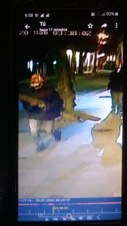 La imagen de un ladrón de bronce captada por una cámara de seguridad