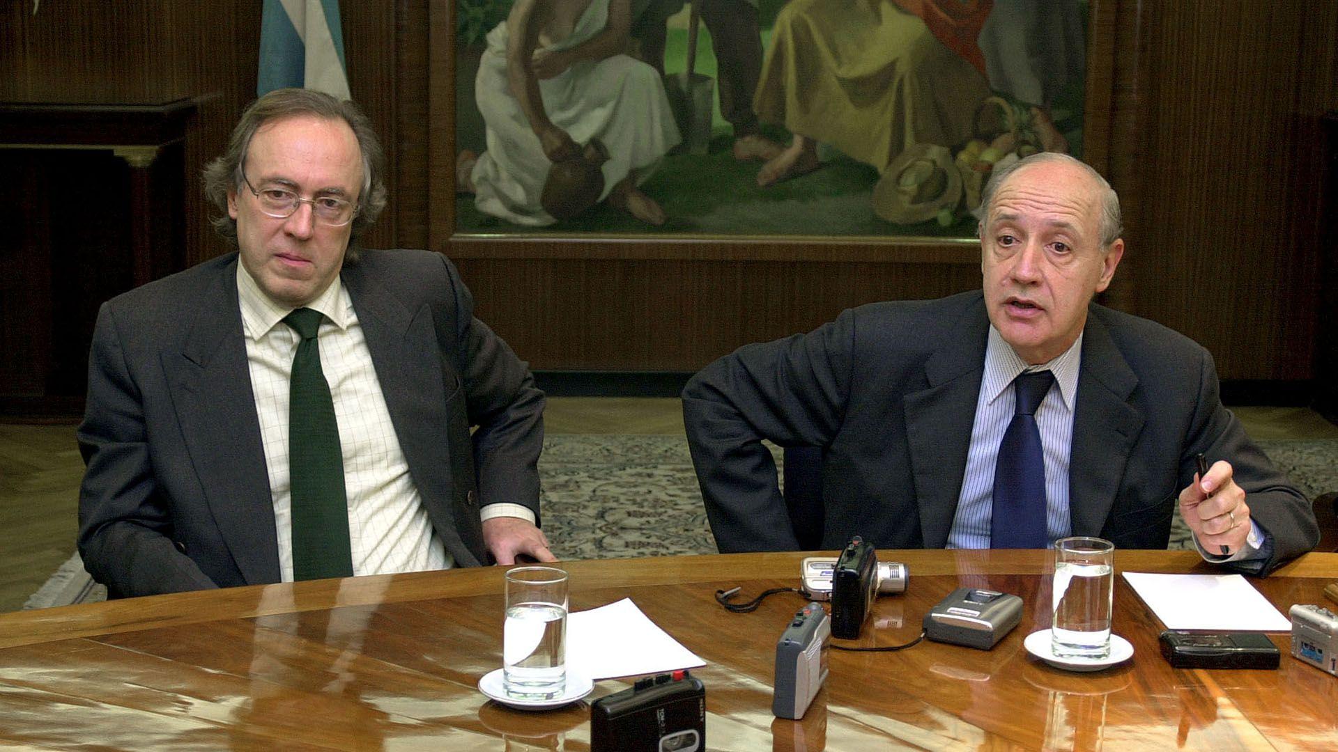 El ministro de Economia Roberto Lavagna junto al secretario de finanzas Guillermo Nielsen, incluyeron al cupón ligado al PBI en la oferta del canje del 2005, pese a que el instrumento no tenía ningún atractivo para el mercado