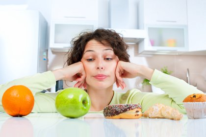 Muchas veces nos vemos tentados a comer alimentos no tan saludables, frente a otros que sí lo son (Shutterstock)