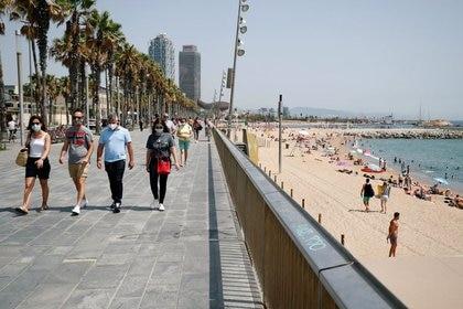 Gente con mascarillas en la playa de la Barceloneta, en Barcelona, España, 9 de julio de 2020. REUTERS/Albert Gea