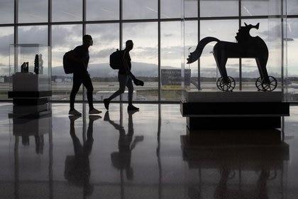 Imagen de archivo de pasajeros caminando entre obras de arte en una terminal del Aeropuerto Internacional George Bush AIH en medio de la pandemia de coronavirus, en Houston, Texas, Estados Unidos. 21 de julio, 2020. REUTERS/Adrees Latif