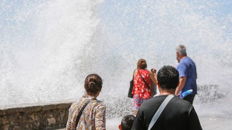 Algunas olas impactaban a los ocasionales testigos por la fuerza con la que rompían