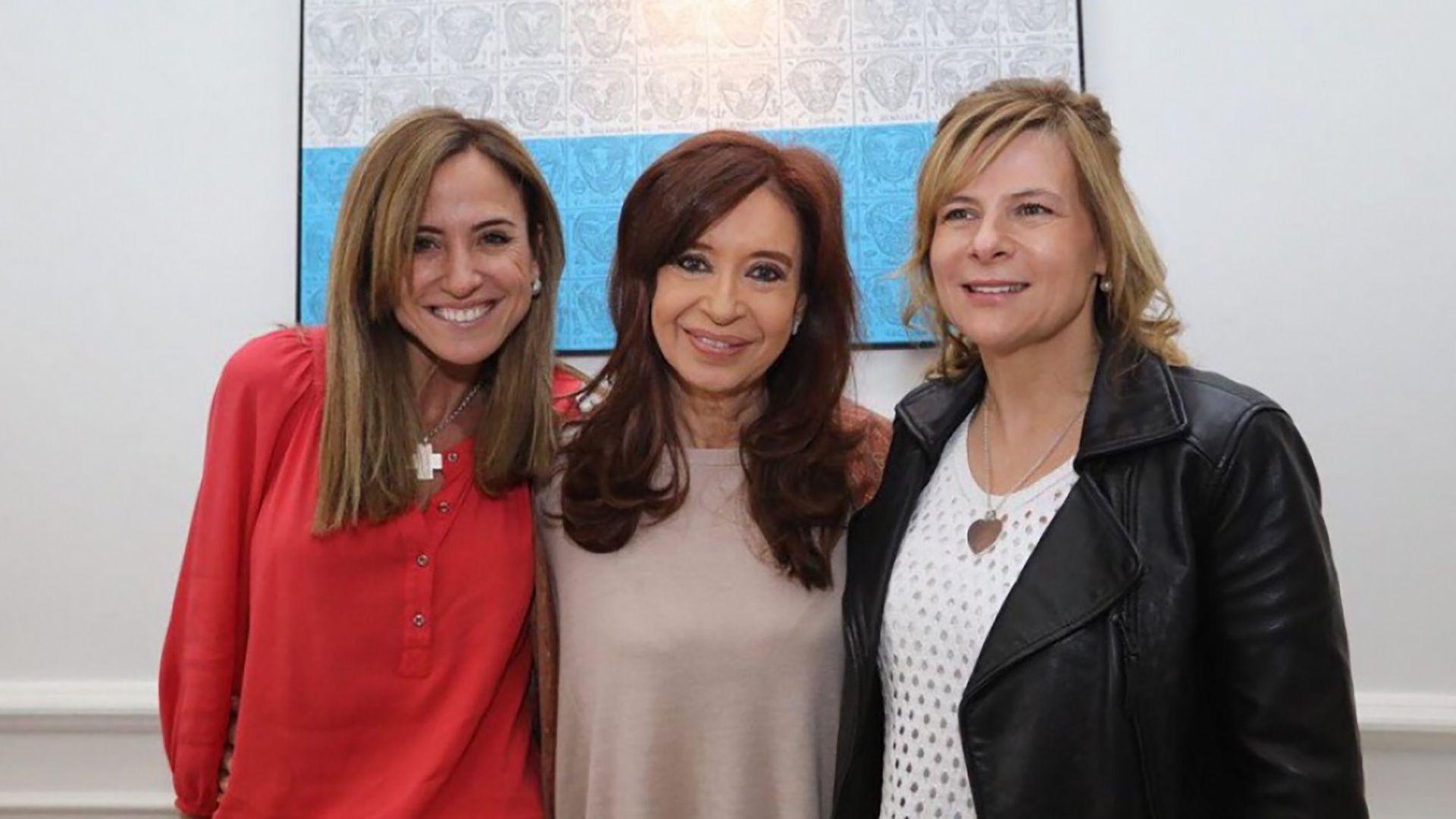 Cristina Kirchner junto a Florencia Saintout (derecha) y Victoria Tolosa Paz (izquierda)
