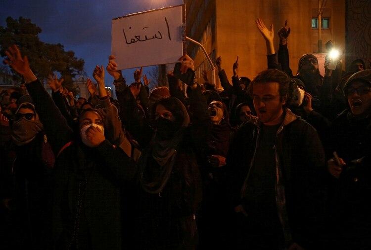 La pacífica vigilia por las víctimas se transformó en una manifestación de protesta e indignación una vez que el régimen admitió haber derribado el avión