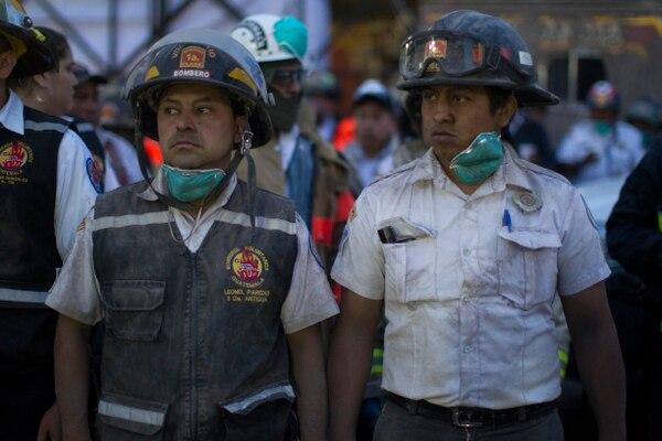 Bomberos durante las operaciones de evacuación (AP/ Luis Soto)