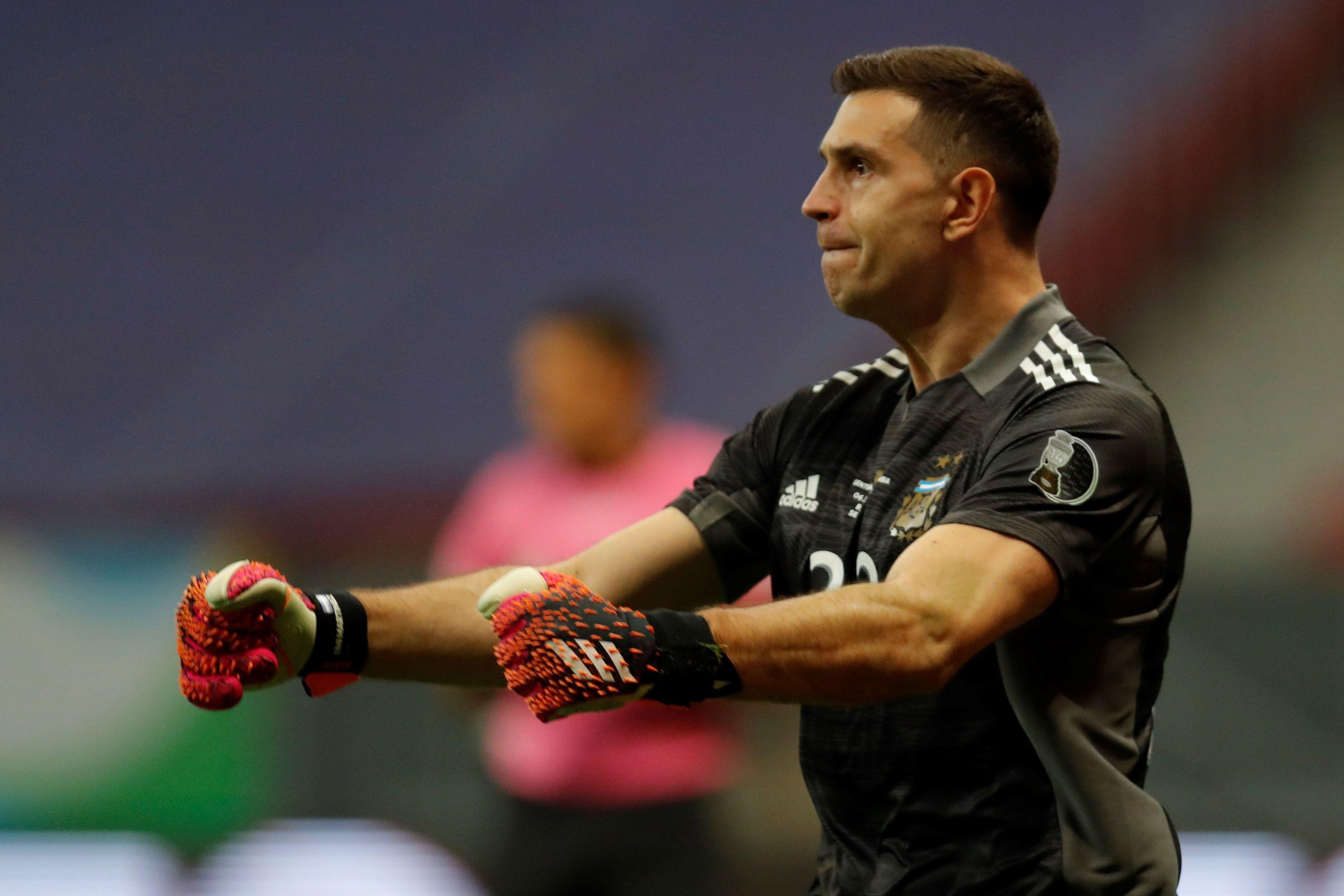 Dibu Martínez fue el héroe de la clasificación argentina a la final de la Copa América en Brasil (EFE/Fernando Bizerra)