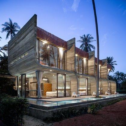 Bunjob House, diseñado por NPDA Studio, es un edificio de dos pisos que se dividide en cuatro. La propiedad está ubicada en medio de una plantación de coco en la isla de Phangan en Tailandia (NPDA Studio)