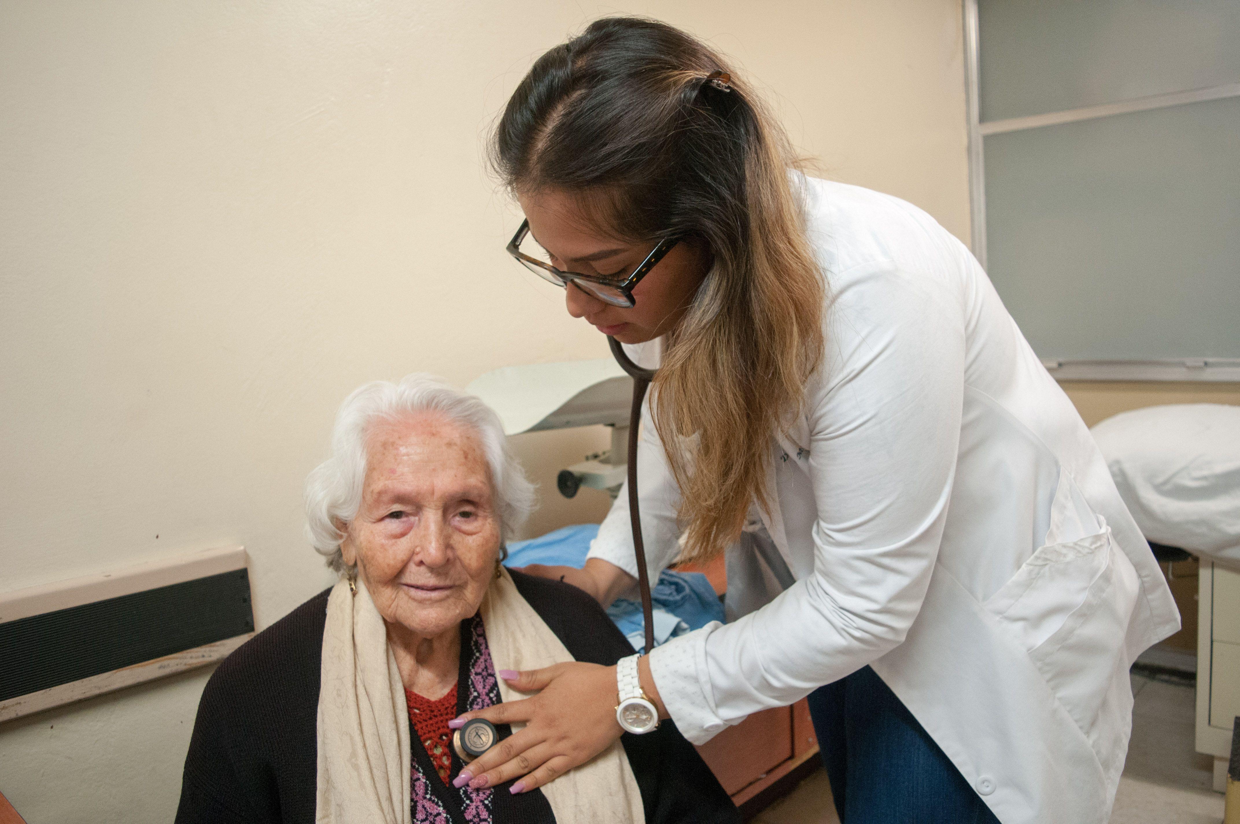 Las personas de edad avanzada puede contagiar más COVID-19, según un estudio científico - Foto DIEGO SIMÓN SÁNCHEZ /CUARTOSCURO.COM