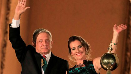 FILE PHOTO: Mexico's President Andres Manuel Lopez Obrador and his wife Beatriz Gutierrez Muller wave as Mexico marks the 209th anniversary of its independence from Spain at the National Palace in Mexico City, Mexico, September 15, 2019. REUTERS/Carlos Jasso/File Photo