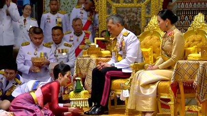 El rey de Tailandia y su amante, al momento de nombrarla consorte real