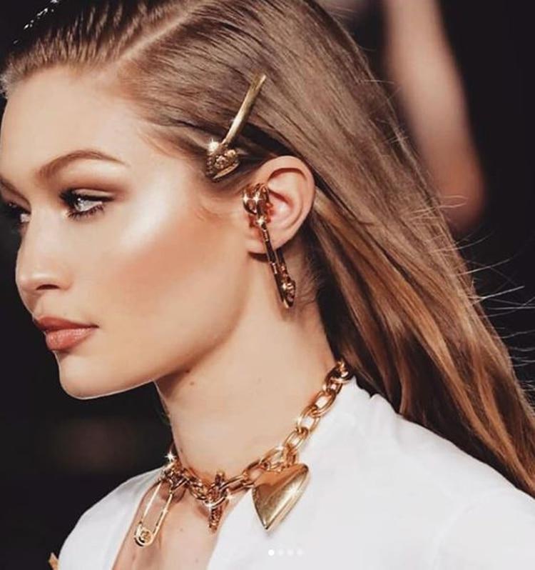 Gigi Hadid fue la encargada de lucir la hebilla de oro de Versace