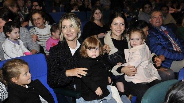 Wanda, con Isabella en el regazo y sentada junto a Francesa, y Zaira, con Malaika, esperando ver el show en el Paseo La Plaza (Fotos: Teleshow)
