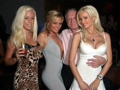 Kendra Wilkinson, Bridget Marquardt, Hugh Hefner y Holly Madison en una fiesta en la mansión Playboy (Shutterstock)