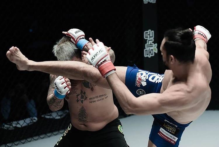 """El """"acróbata de la MMA"""": los saltos, giros y potentes golpes que le dieron la victoria y lo hicieron viral"""