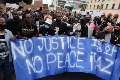 Una multitud volvió a manifestarse pacíficamente este martes en Los Ángeles en repudio a la muerte de George Floyd en manos de la policía en Minneapolis (REUTERS/Lucy Nicholson)