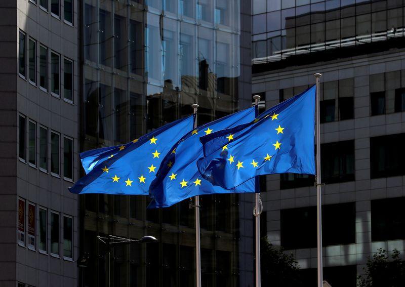 FOTO DE ARCHIVO: Banderas de la Unión Europea frente a la sede de la Comisión Europea en Bruselas, Bélgica, el 21 de agosto de 2020. REUTERS/Yves Herman//File Photo - RC2QVL98Q9DY