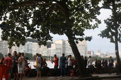 Gente bebiendo en el bar Mureta da Urca, en Río de Janeiro, Brasil, December 18, 2020.  REUTERS/Pilar Olivares