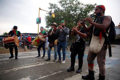 Los indígenas tocan instrumentos antes de la salida de la caravana de la minga indígena desde el suroeste de Colombia hacia Bogotá.  EFE / Ernesto Guzmán