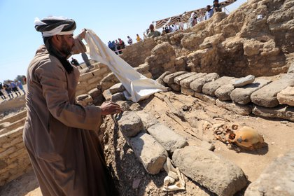 Un esqueleto humano entre los hallazgos de la ciudad faraónica que fue descubierta esta semana cerca de Luxor, Egipto. REUTERS/Amr Abdallah Dalsh