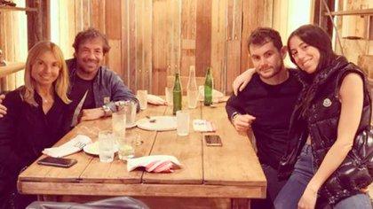 Sofía con su pareja, Tomás, en una cena con mamá y papá