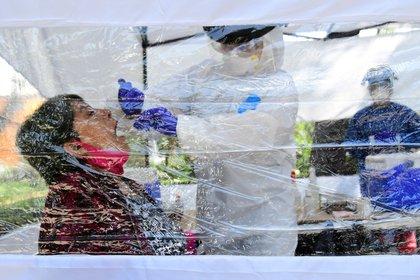 Una mujer se somete este miércoles a una prueba del COVID-19, en un módulo instalado en un parque en Ciudad de México (Foto: EFE)