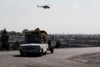 Un helicóptero militar azerí volará cerca de la ciudad de Terter (Azerbaiyán) en los combates en la región de Nagorno-Karabaj el 23 de octubre de 2020. REUTERS / Umit Bektas