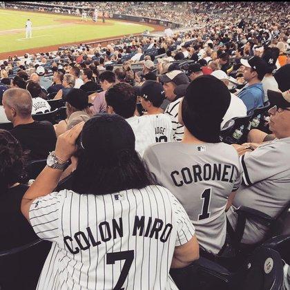 La abogada publicó una fotografía, presuntamente de ella y Coronel Aispuro, de espaldas, observando un partido de béisbol de los New York Yankees (Foto: Instagram/@marielcolonmiroesq)