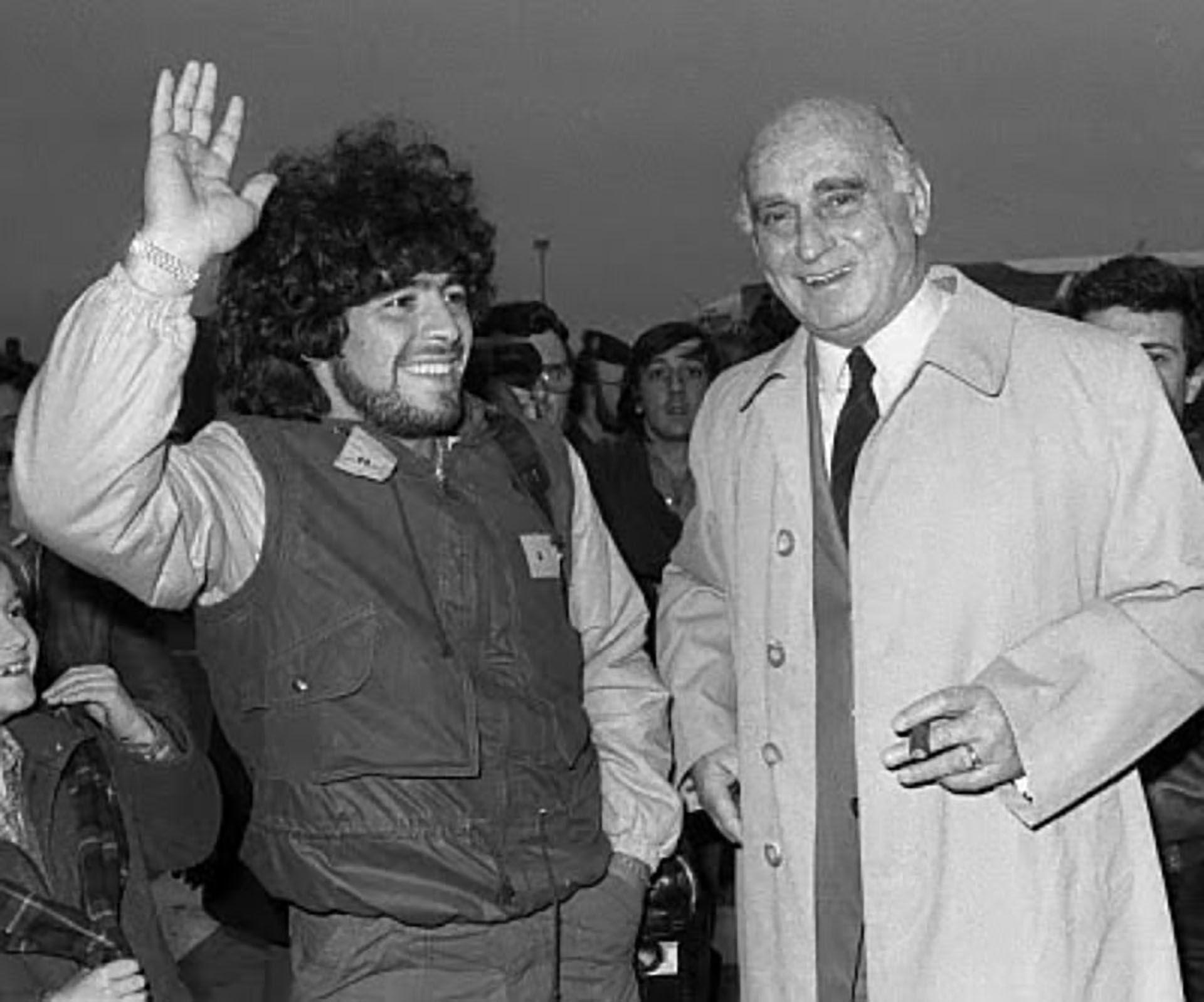 Nicolau Casaus, en una foto de archivo, junto a Maradona. (Foto EFE)