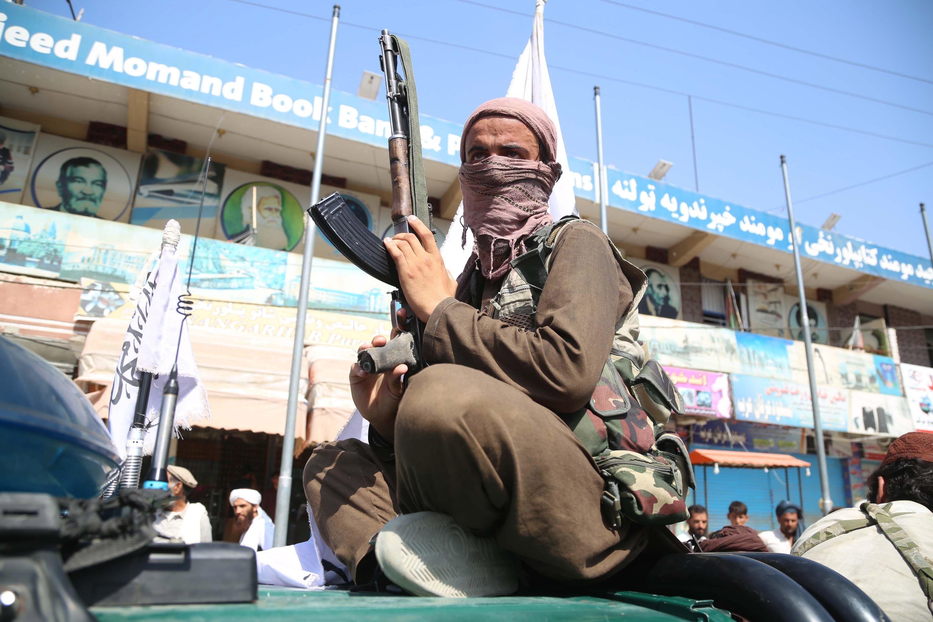Los combatientes talibanes patrullan en Jalalabad, Afganistán registrando las casas de los periodistas
