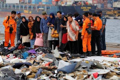 Familiares de los pasajeros frente a las pertenencias de las víctimas del vuelo 610 en el puerto de Tanjung Priok en Jakarta, Indonesia (REUTERS/Beawiharta)