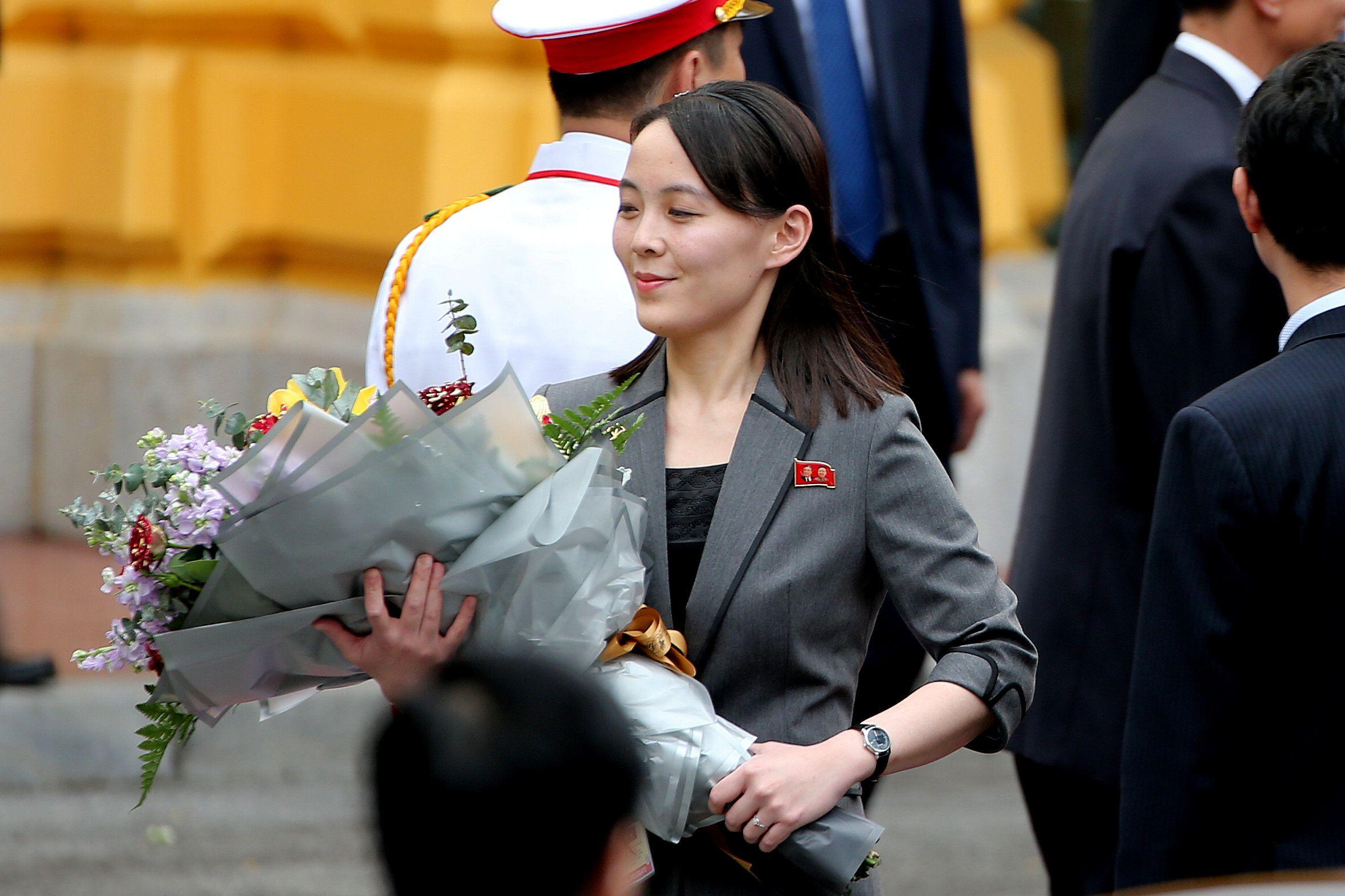 Kim Yo Jong sostiene un ramo de flores durante una ceremonia de bienvenida en el Palacio Presidencial en Hanoi, Vietnam, el 1 de marzo de 2019 (Reuters)