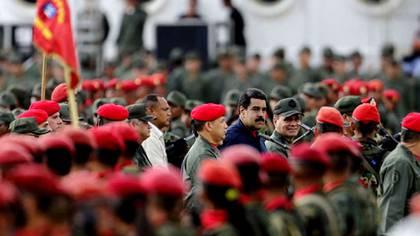 Nicolás Maduro, rodeado de militares. Los uniformados venezolanos enfrentan horas decisivas