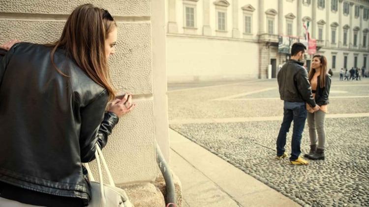 La envidia hace que observemos demasiado hacia fuera; por eso, la mejor manera de compensarla es volver la mirada hacia nosotros mismos