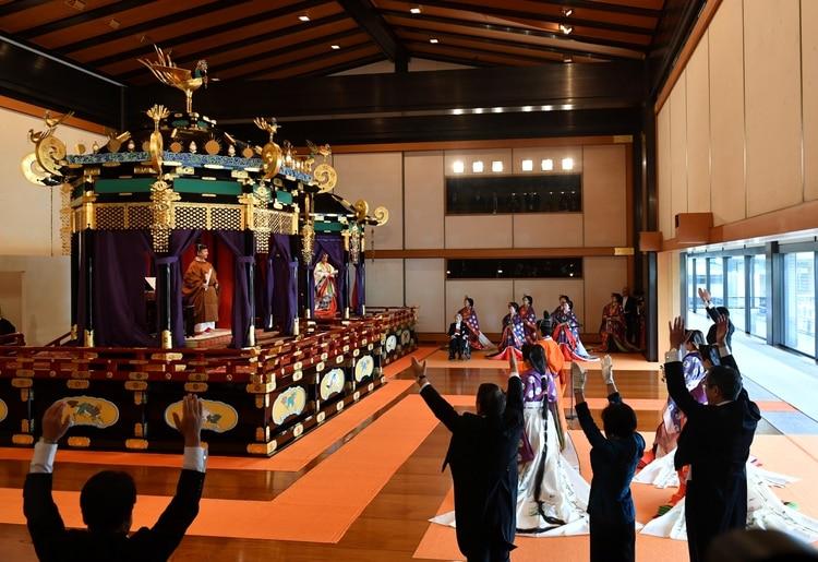 El primer ministro Shinzo Abe (D) grita