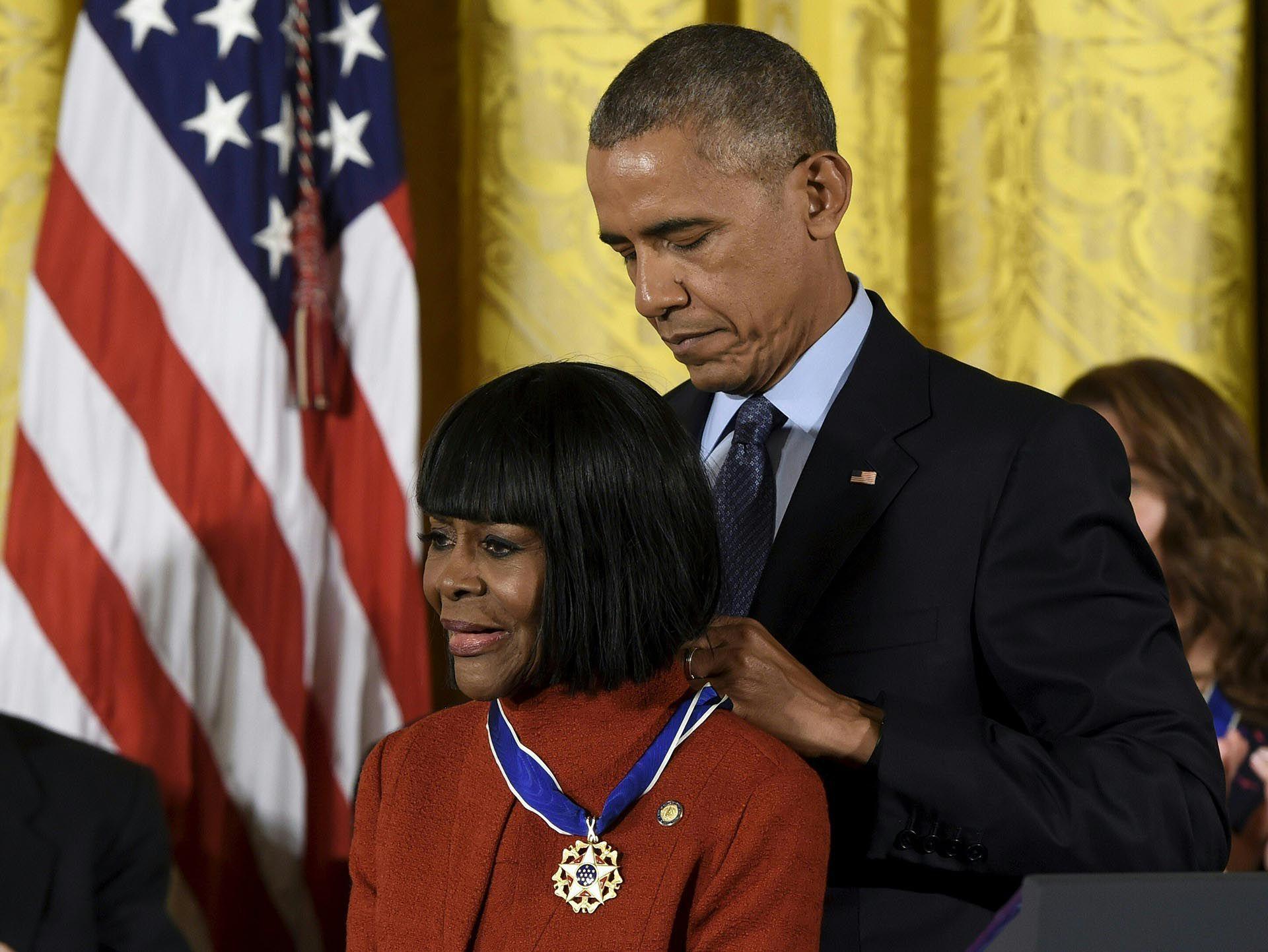 El presidente de Estados Unidos, Barack Obama, presenta a la actriz Cicely Tyson con la Medalla Presidencial de la Libertad, el mayor honor civil de la nación, durante una ceremonia en honor a 21 destinatarios, en el East Room de la Casa Blanca en Washington en noviembre de 2016. / AFP PHOTO / SAUL LOEB