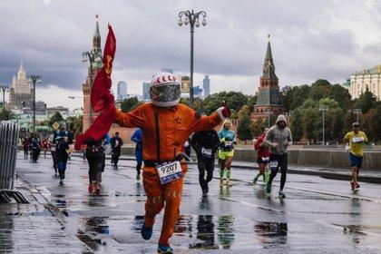 Correr bajo la lluvia no hace mal, pero quedarse quieto, mojado, tomando frío sí puede afectar nuestra salud (Photo by Dimitar DILKOFF / AFP)
